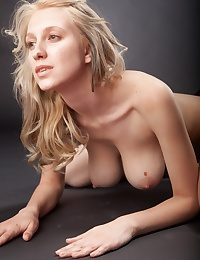 Blonde babe with big tits in along to studio photosession